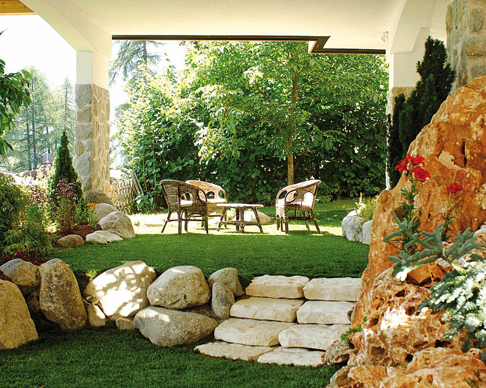 Interni alphotel taller e solarium esterno - Giardini con pietre bianche ...